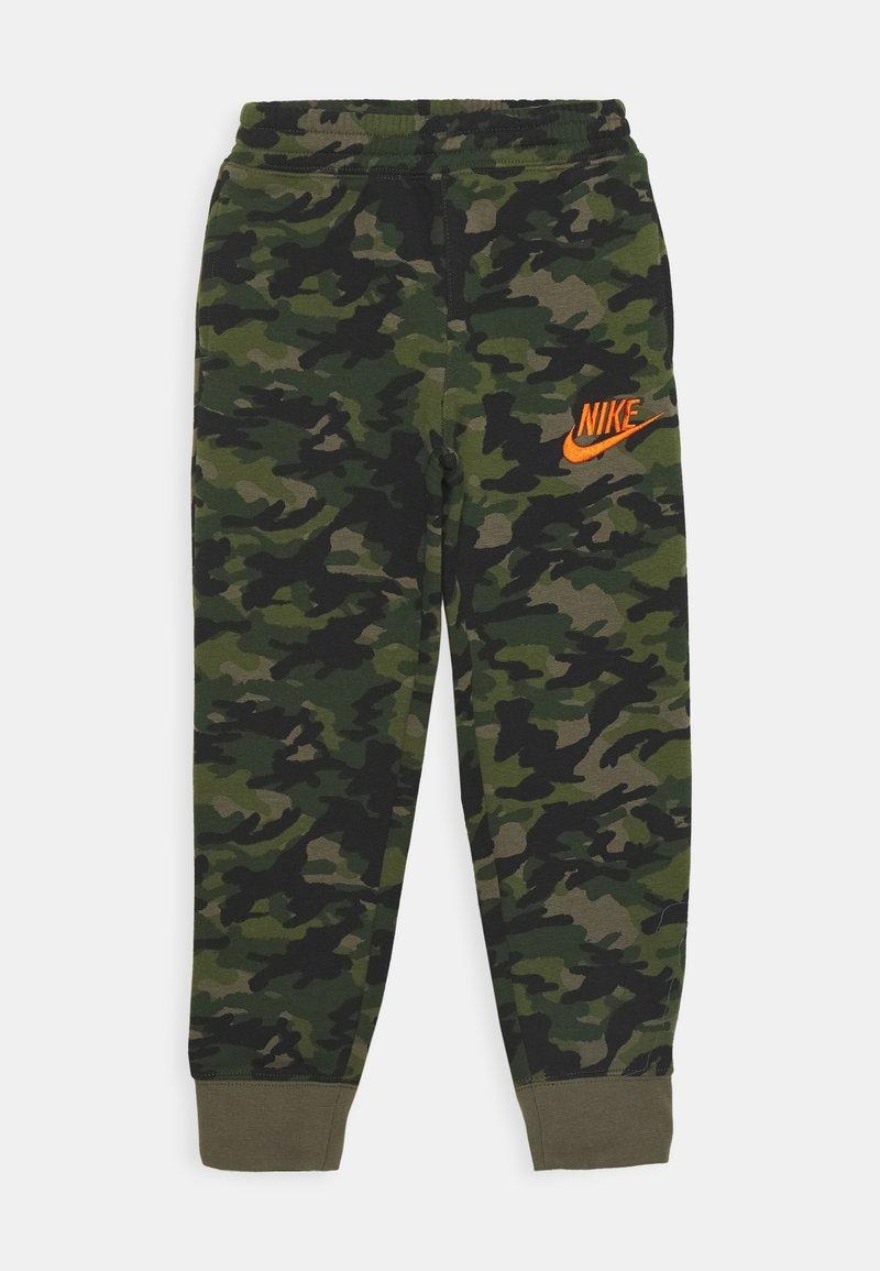 Nike Sportswear - CRAYON CAMO - Tracksuit bottoms - medium olive/camelia