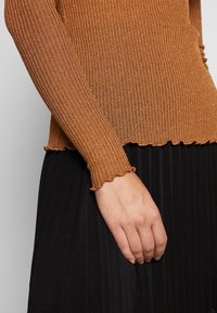 Vero Moda Tall - VMOPHELIA HIGHNECK FRILL - Sweter - tobacco brown - 5