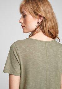 s.Oliver - Print T-shirt - summer khaki placed artwork - 5