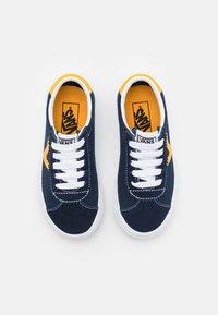 Vans - SPORT UNISEX - Zapatillas - dress blue/saffron - 3