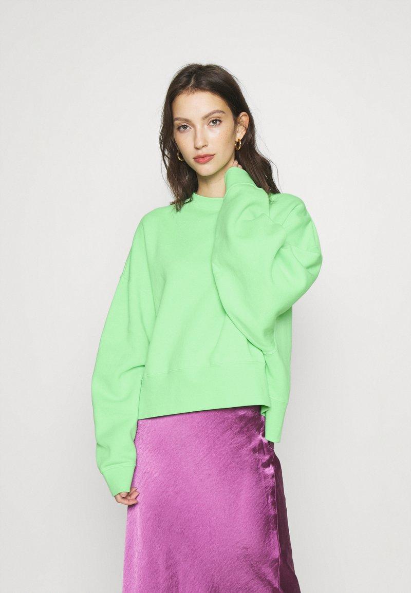 Nike Sportswear - CREW TREND - Sweatshirt - cucumber calm/white