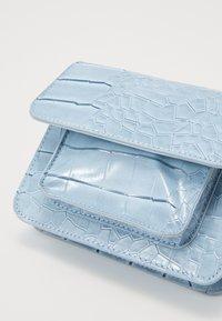 HVISK - CAYMAN MINI - Taška spříčným popruhem - dusty blue - 2