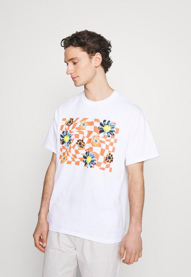 TRIPPY CHECKERBOARD FLOWER GRAPHIC UNISEX - T-shirt z nadrukiem - white with rust