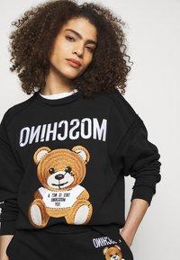 MOSCHINO - Sweatshirt - fantasy print black - 4