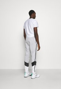 Lacoste Sport - PANT TAPERED - Tracksuit bottoms - gris chine/noir/blanc - 2