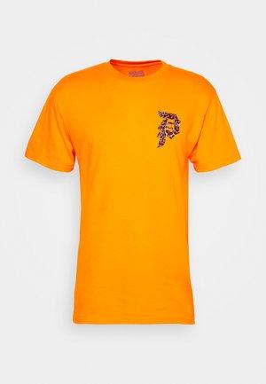NARUTO DIRTY TEE - Print T-shirt - orange