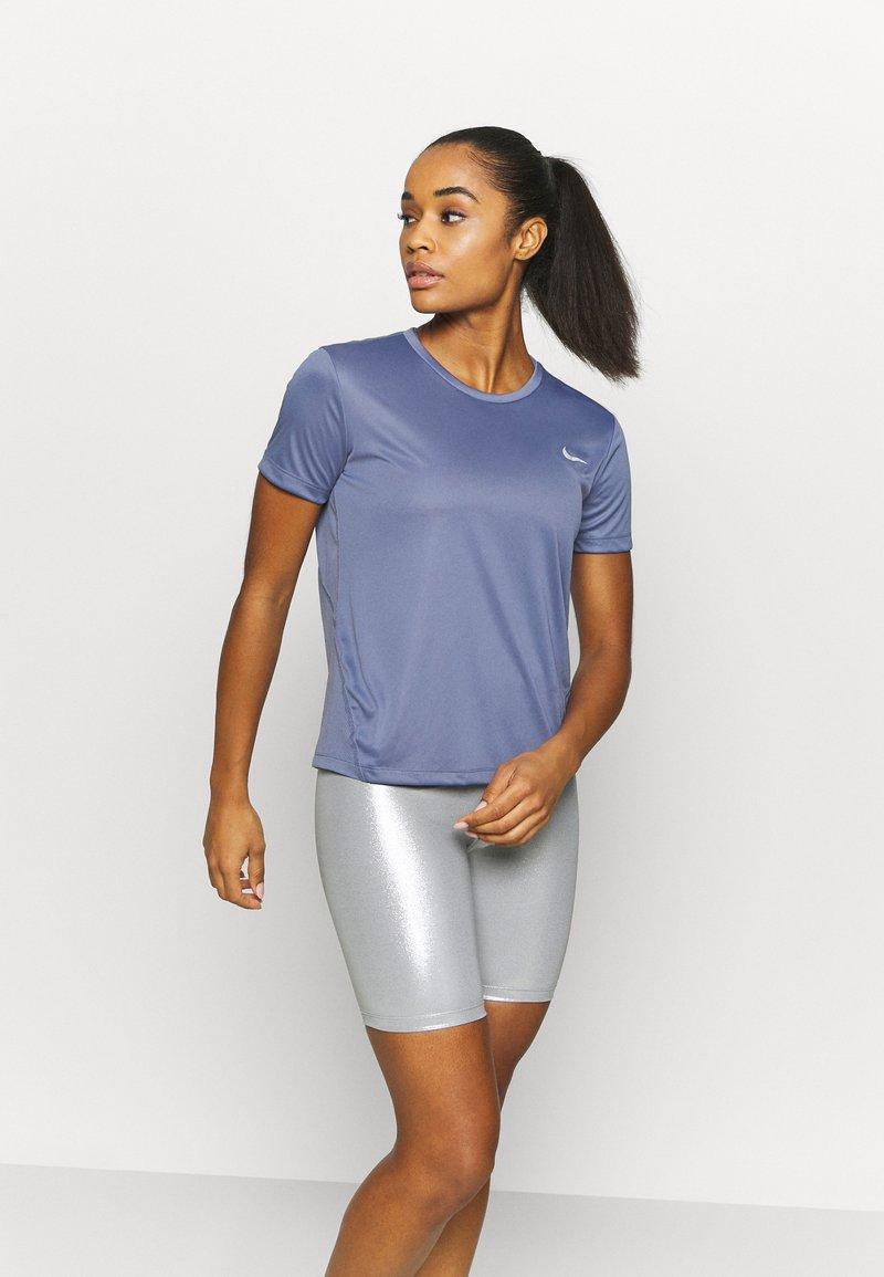 Nike Performance - MILER - T-shirt med print - world indigo/silver