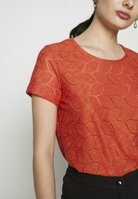 JDY - JDYTAG  - Print T-shirt - chili - 4