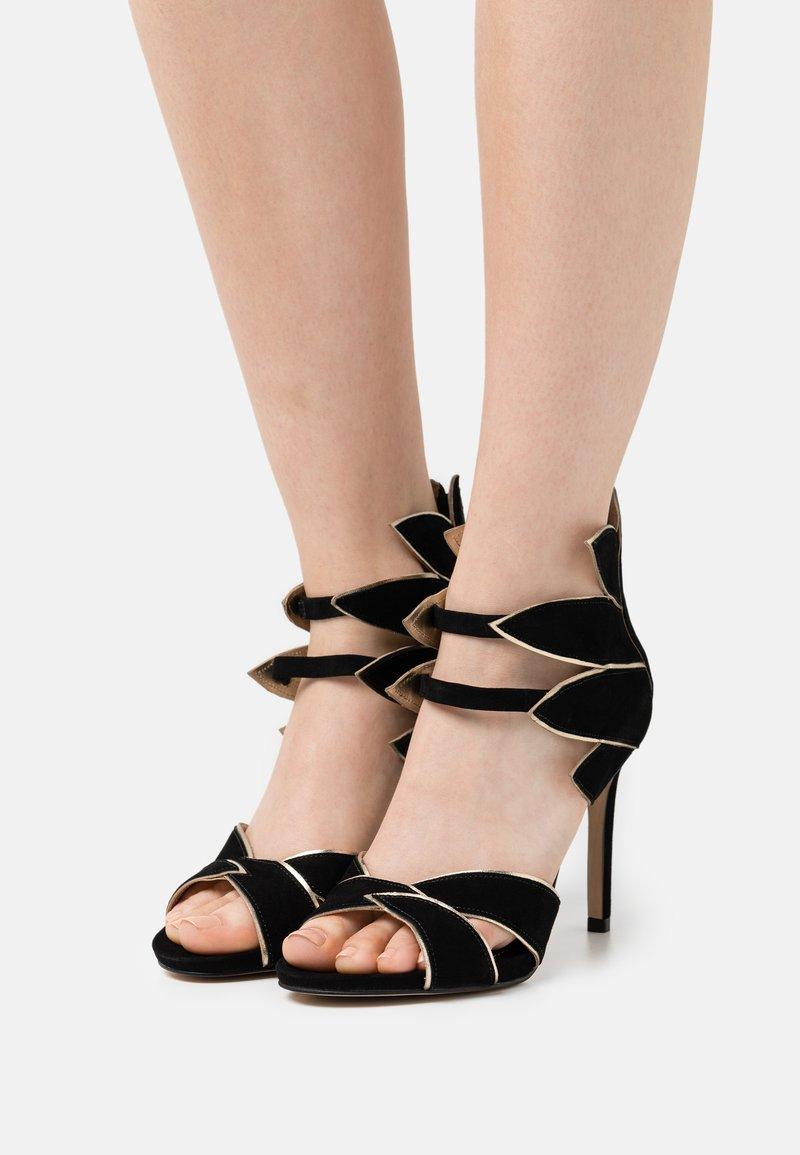 Cosmoparis - ZALIA - Ankle cuff sandals - noir/or