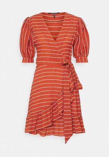 WRAPOVER MIX DRESS IN SEERSUCKER STRIPE - Day dress - rust