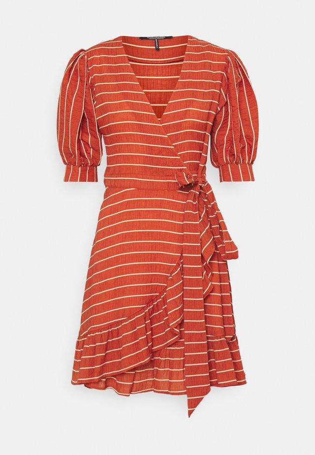 WRAPOVER MIX DRESS IN SEERSUCKER STRIPE - Sukienka letnia - rust
