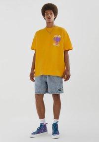 PULL&BEAR - PERSONEN - T-shirt med print - yellow - 1