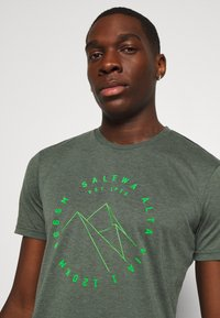 Salewa - ALTA VIA DRY TEE - T-shirt z nadrukiem - deep forest melange - 4