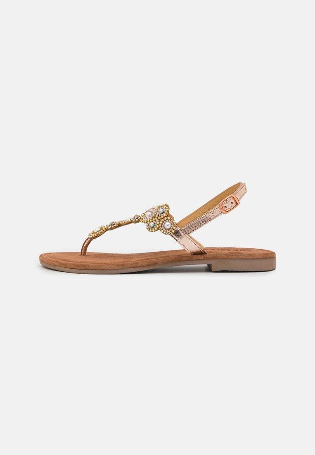 Sandály s odděleným palcem - peach