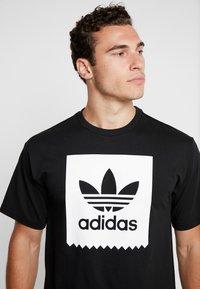 adidas Originals - SOLID - Camiseta estampada - black/white - 4