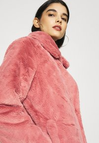 NA-KD - FAUX FUR COAT - Klasický kabát - dusty rose - 3