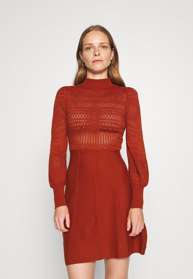 Stickad klänning - brick