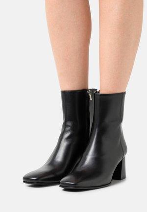 SYBELLA - Korte laarzen - black