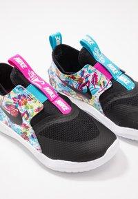 Nike Performance - FLEX RUNNER FABLE - Neutrální běžecké boty - black/white/fire pink/blue fury - 6