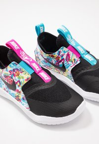 Nike Performance - FLEX RUNNER FABLE - Obuwie do biegania treningowe - black/white/fire pink/blue fury - 6