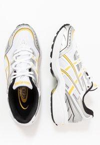 ASICS SportStyle - GEL-1090 - Sneakersy niskie - white/saffron - 3