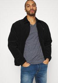Tommy Jeans - SLIM JASPE V NECK - T-shirt - bas - twilight navy - 3