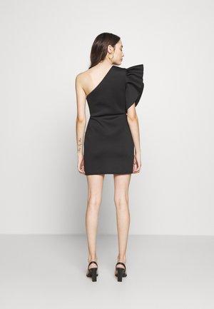 ONE SHOULDER RUFFLE WRAP MINI DRESS - Jerseyjurk - black