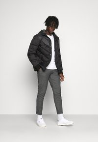 Redefined Rebel - ERCAN PANTS - Pantalon classique - black grindel - 1