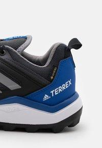 adidas Performance - TERREX AGRAVIC TR GTX - Běžecké boty do terénu - dough solid grey/grey three/royal blue - 5