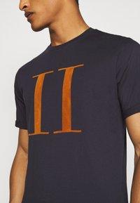 Les Deux - ENCORE  - T-shirts med print - dark navy/rusty brown - 5