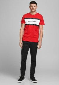 Jack & Jones - SHAKE TEE CREW NECK - Print T-shirt - true red - 1