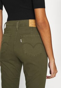 Levi's® - 724 HR STR CROP UTILITY - Pantalones - olive night - 6