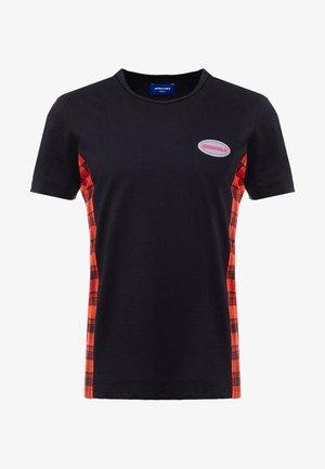 JORSVEN PANEL TEE - T-shirt z nadrukiem - black/red