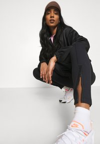 Nike Sportswear - LEGASEE ZIP - Leggings - black/white - 4