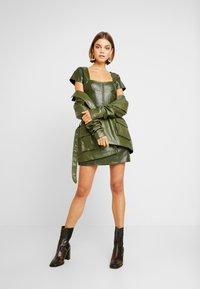 Missguided - JORDAN LIPSCOMBE PU MILKMAID DRESSHOOK & EYE - Vestido informal - khaki - 2