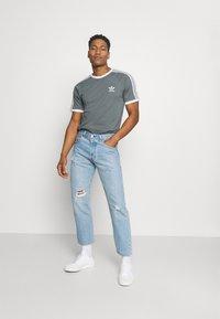 adidas Originals - STRIPES TEE - T-shirt con stampa - blue oxide - 1