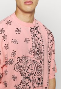 Jaded London - CUT AND SEW PAISLEY TEE - T-shirt con stampa - pink - 5