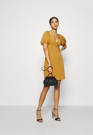 VMJASMINE WRAP SHORT DRESS - Robe en jersey - golden brown