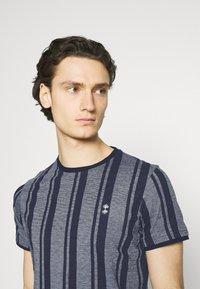 Nerve - SIMON TEE - Print T-shirt - navy blazer - 3