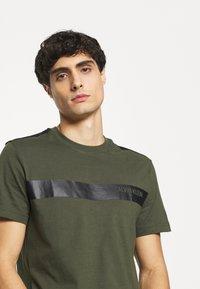 Calvin Klein - BOLD STRIPE LOGO - T-shirt con stampa - green - 4