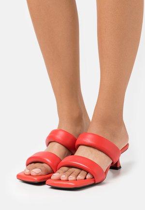 CECIL - Pantofle na podpatku - red