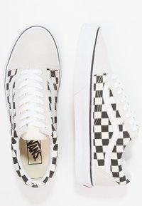 Vans - UA OLD SKOOL - Sneakersy niskie - white/black - 1