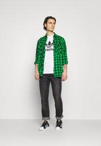 adidas Originals - TREFOIL UNISEX - T-shirt med print - white/black - 1