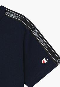 Champion - LEGACY AMERICAN TAPE CREWNECK - Camiseta estampada - dark blue - 3