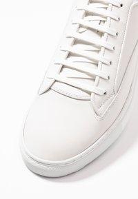 ETQ - Korkeavartiset tennarit - white - 5