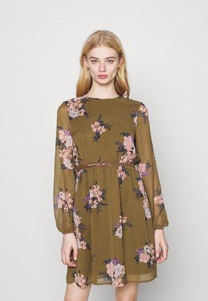 VMNEWALLIE BELT SHORT DRESS - Denní šaty - beech/newallie