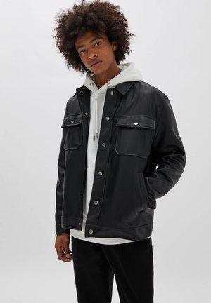 TRUCKERJACKE AUS SCHWARZEM KUNSTLEDER - Leather jacket - black
