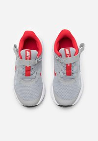 Nike Performance - REVOLUTION 5 FLYEASE - Neutral running shoes - light smoke grey/university red/photon dust - 3