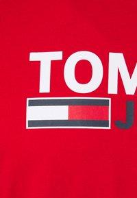 Tommy Jeans - CORP LOGO TEE - Triko spotiskem - red - 2