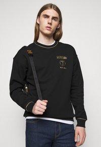 MOSCHINO - CREWNECK - Sweatshirt - black - 3